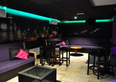 Swingersclub Ultimate Dream foto dansvloer met uitzicht op de airco, speakers en banken